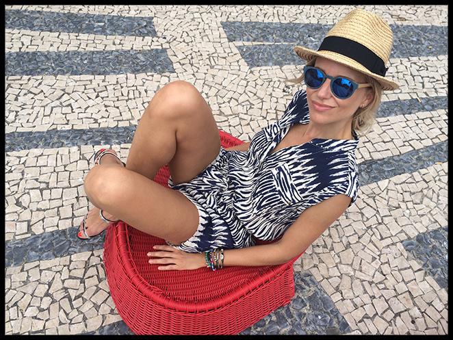 Mono estampado. Cuando lo vi en la tienda Papaya me encantó desde el primer momento porque me pareció cómodo y fresquito, además de estiloso. Yo lo combiné con un bolso que me compré en Oporto, sombrero de Aïta, sandalias de Zara y gafas de madera Ontop Barcelona.