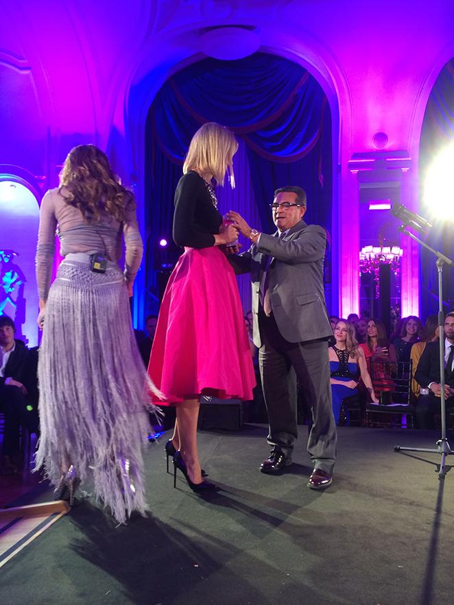 María León recibiendo el premio a blogger del años por la revista Cosmopolitan
