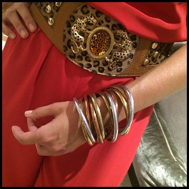 Para cena informal. Elegí este mono rojo de Mordisco de Mujer que combiné con cinturón vintage de Kiki Ritz, pulseras de Becara y cartera de Dolores Promesas.