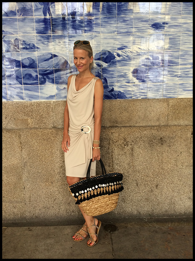 Vestido de día. Me encantó este beige de Elisa Cortés que combiné con sandalias de Oysho, capazo de Giuseppo, gafas de Folli Follie y pulseras de Ibiza Passion.