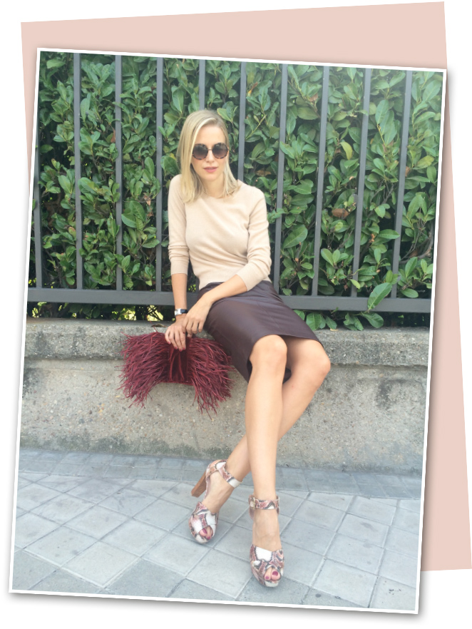 Look de María León el que combina sus dos fichajes de Marks & Spencer con sandalias de Stuart Weitzman, bolso de terciopelo burdeos con plumas de Pinkoko y gafas de Lord Wilmore.