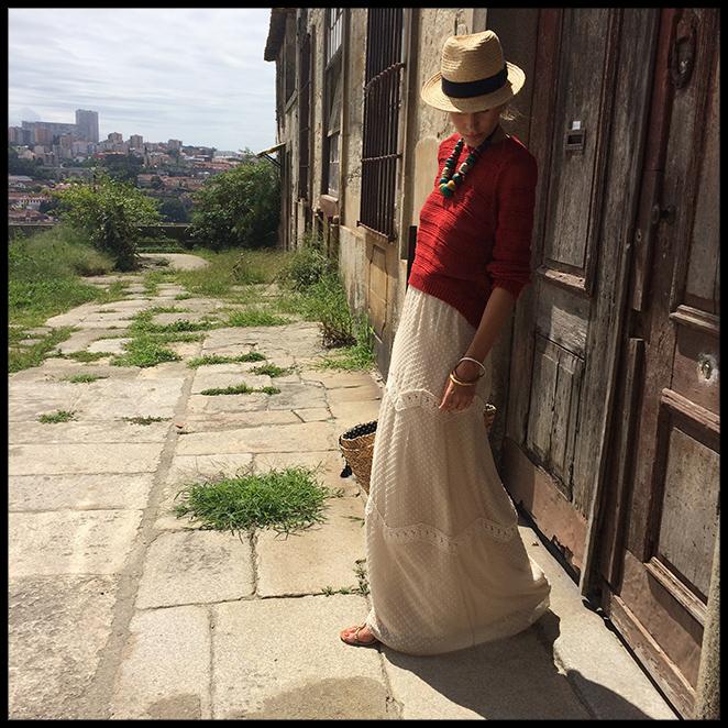 Vestido largo informal. Ya sabéis lo que me gusta reciclar y tenía este vestido de Pedro del Hierro de hace varias temporadas que combiné con jersey de Maje, sandalias de Oysho, collar comprado en Marrakech, sombrero de Aïta, gafas de Life Italia y capazo de Giuseppo.