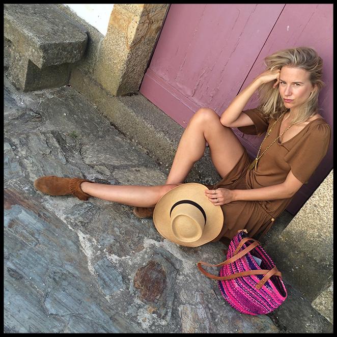 Día campero. Para día que hicimos la excursión al Valle del Duero elegí este vestido que compré en Marrakech y lo combiné con botitas indias compradas en Nueva York, sombrero y bolso comprado en Oporto y anillos de Apodemia.