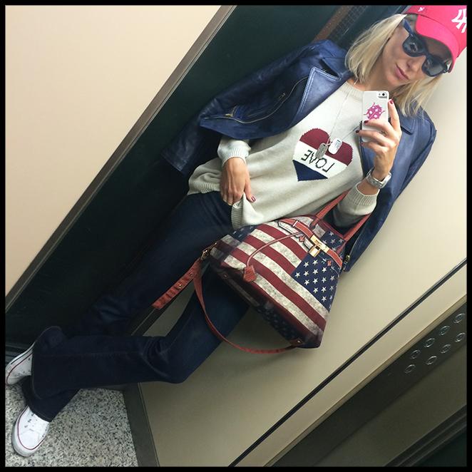 Outfit muy casual con pantalones de Zara, jersey de The Hip Tee, cazadora de piel de Pedro del Hierro, zapatillas Converse, gorra comprada en Nueva York y bolso de Sonia Bolín.