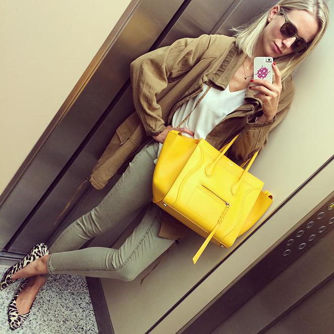 Exclusivo bolso de Celine en color amarillo huevo en conbinación con outfit María León