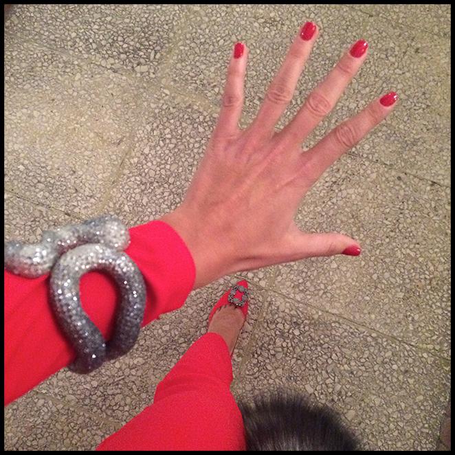 María León con mono rojo de Pedro del Hierro combinado con unos impresionantes Manolos de Manolo Blahnik, pendientes y pulsera de CAT, cartera de Jimmy Choo y estola de pelo de Nelsy Chelala.