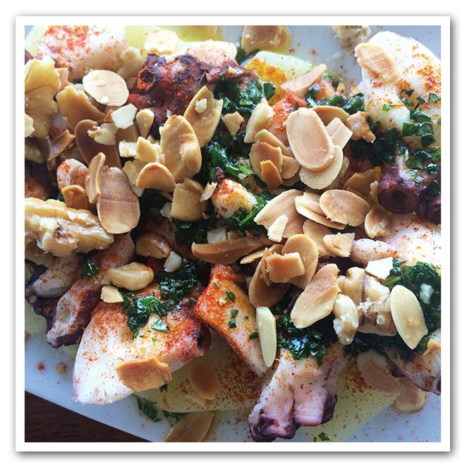 Si hace un día bueno, lo que más os recomiendo es ir a comer a la playa. Sal Café en La Barceloneta es una buen opción para disfrutar de ricos platos de seafood.