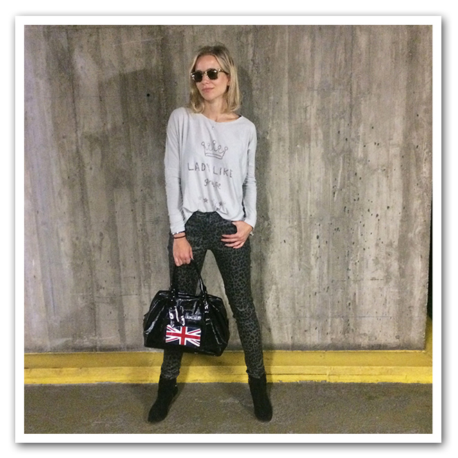 Pantalones by Pedro del Hierro, camiseta by The Hip Tee, gafas by Jimmy Choo, bolso by Longchamp y botitas by Maje.