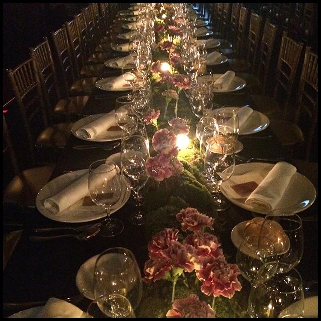 Espectacular me pareció como estaban decoradas las mesas de la cena con claveles rosas y miles de velas!!