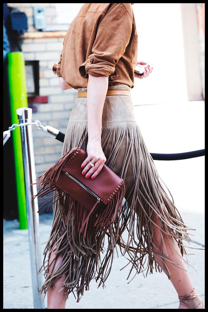 Clave de estilo: haz que tu accesorio de flecos sea del color que más resalte en el look