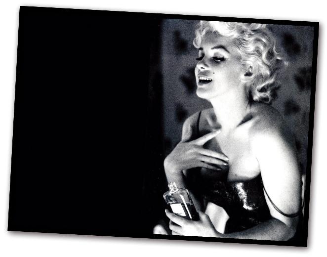 El Nº5 se convirtió en un perfume icónico. Los soldados de la II Guerra Mundial lo llevaban de vuelta a Ámerica haciendo colas en Rue Cambon, y Marilyn Monroe sólo usaba unas gotas de esta fragancia para dormir.