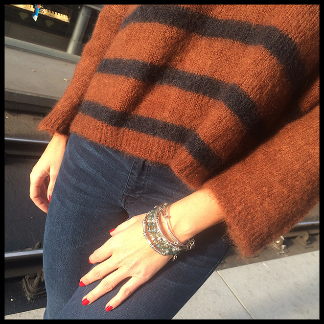 LOOK 1: Abrigo y jersey de Des Petits Hauts, vaqueros de PDH Sport, botitas de H&M, bolso de Celine, boa de pelo de Nelsy Chelala, pulseras de Alex and Ani y manicura de Nails Couture.