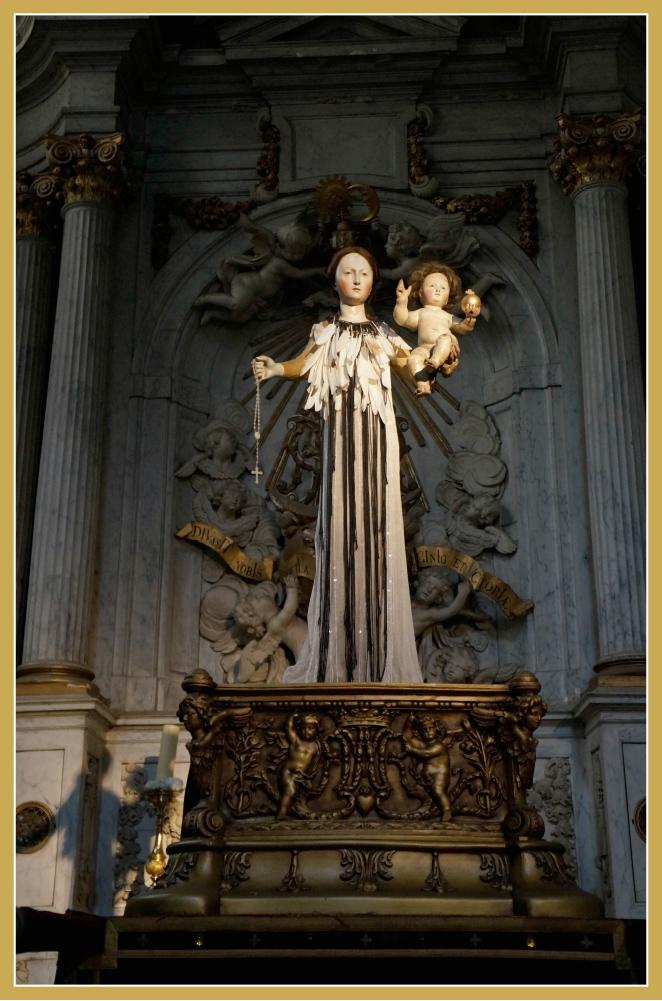 """La Iglesia de San Andrés con su Virgen vestida por Ann Demeulemeester, una diseñadora del famoso grupo de diseñadores conocidos con el nombre de """"Los Seis de Amberes""""."""