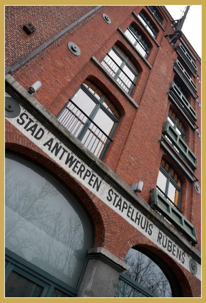Barrio Eilandje. En Oude Leeuwenrui se encuentra Felixarchief, edificio de ladrillo muy cool que alberga los archivos municipales.