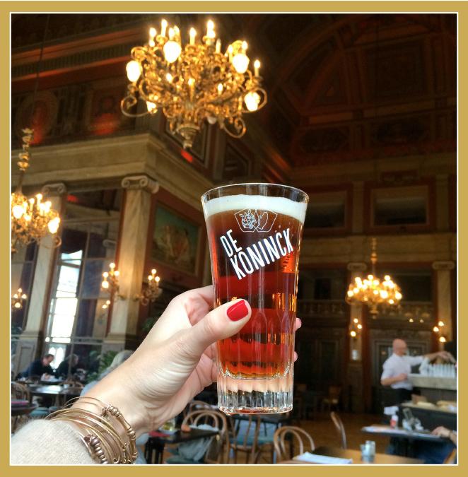 Restaurante Bourlaschouwburg en el Foyer del Toneel Huis