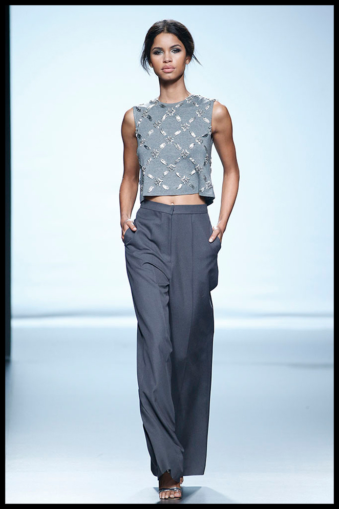 JUANA MARTÍN: El top de pedrería y los pantalones sastre me encantan para una cena de trabajo en la que llevar un estilismo cool y favorecedor.