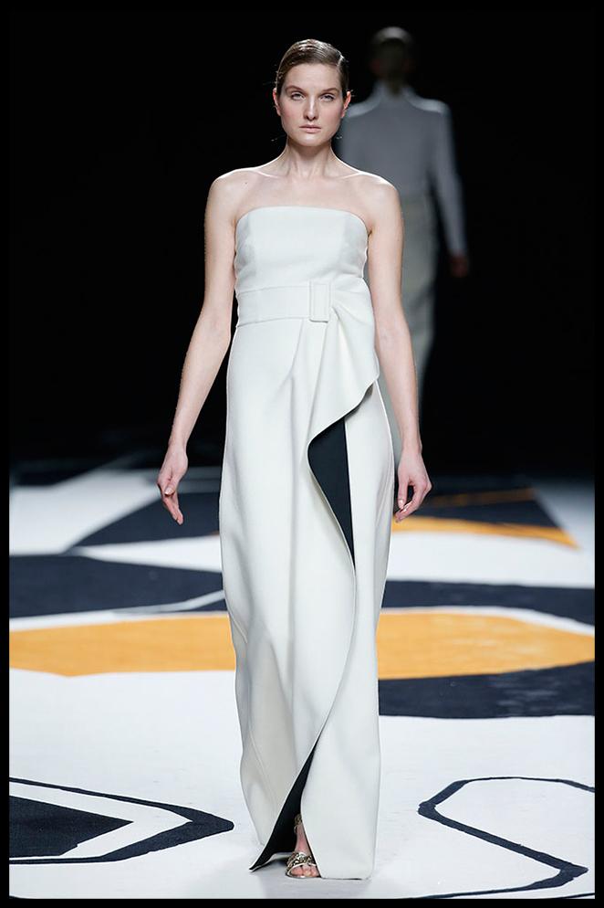 JUANJO OLIVA: Este vestido tan minimal, combinado con un maquillaje luminoso y accesorios plateados me parece la opción ideal para una fiesta o entrega de premios.