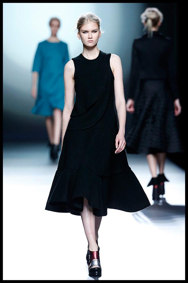AMAYA ARZUAGA: Este estiloso vestido negro midi combinado con un abrigo en tonos pasteles y una estola de piel  me parece la opción perfecta para un evento de mañana de invierno, como un bautizo.