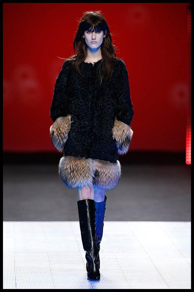 JUAN DUYOS: El precioso abrigo que presenta Juan Duyos me parece una inversión top para llevar en cualquier día del invierno, desde un evento a combinarlo con unos vaqueros y botas de tacón.