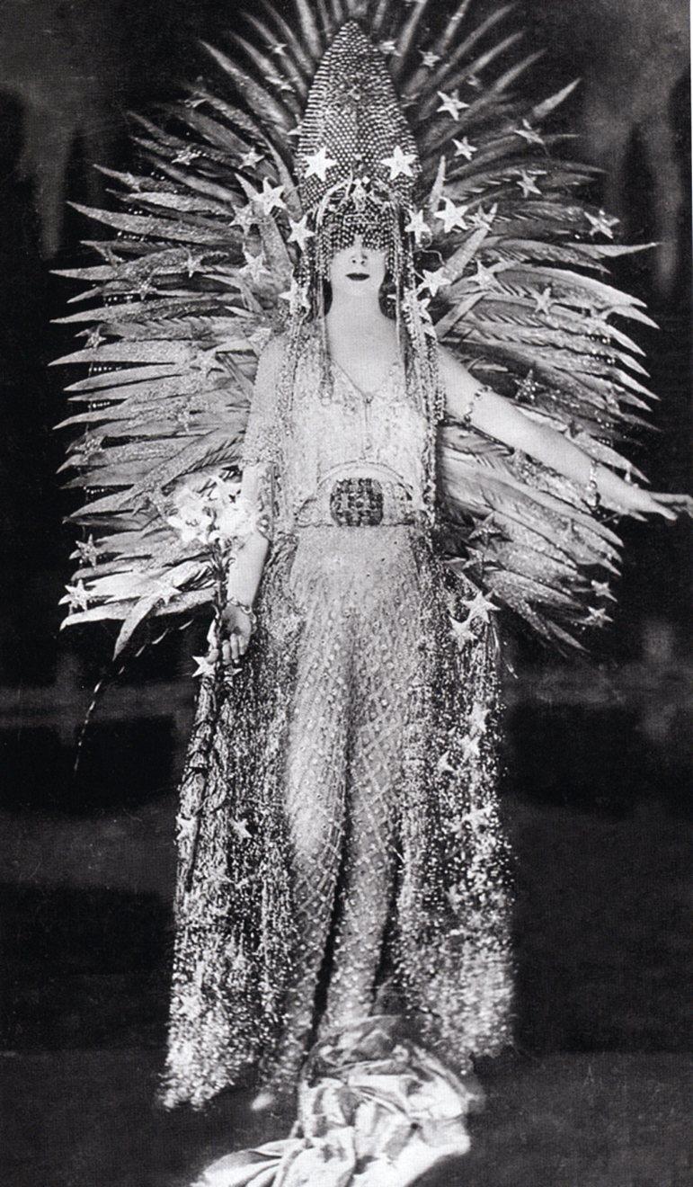 "Luisa-Casati-in-costume-""Regina-della-notte""-designed-by-Léon-Bakst-1922"