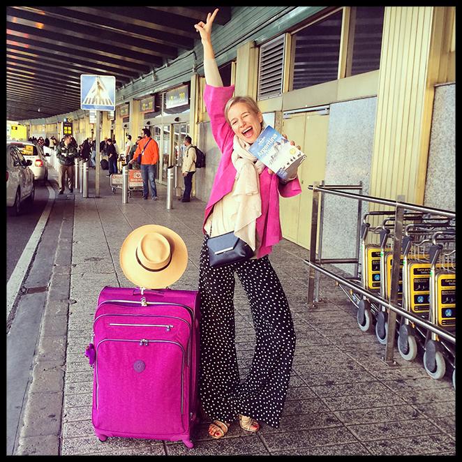 Look con pantalones de Mordisco de Mujer, jersey y bufanda de cashmere de Zara, chaqueta de ante de Gilles Ricart, sandalias de Itsomi (llevé calcetines en el bolso para usarlos en el avión!!) y bolsito de Pedro del Hierro para llevar los billetes y el pasaporte.