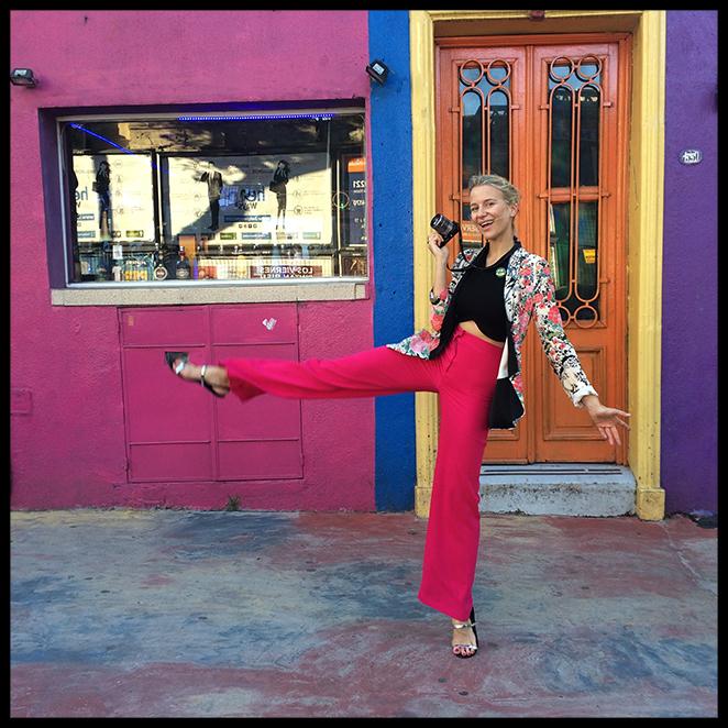 Look con pantalones de Biombo 13, crop top y chaqueta de Zara, broche de Cutusu, sandalias de Zara (en los viajes siempre suelo llevar zapato plano!!), gafas Persol y cartera de Michael Kors.