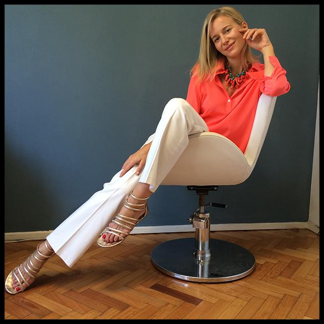 Look con pantalones blancos de Pedro del Hierro, camisa de seda de Sonia Bolín, collar de mi fondo de armario, sandalias de Itsomi, anillo de mi amiga Dolores Trull y bolso de Lola Nomada.