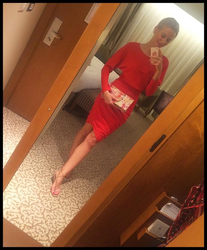 Look con vestido de Cortana, cartera de Claudine by Laura Pons y sandalias planas hechas a medida en Capri.