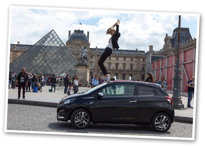 María León y su Peugeot 108 en París