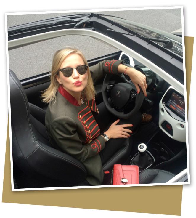 María León recorriendo el barrio Le Marais en Paris con su Peugeot 108