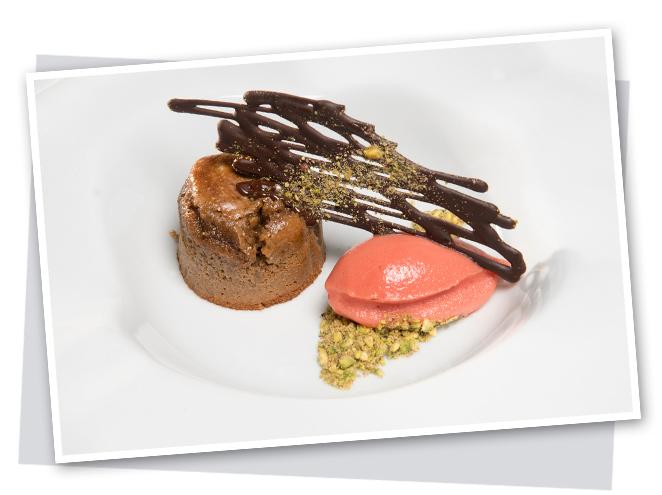 Coulant de pistachos con helado de frambuesas y tejas de chocolate