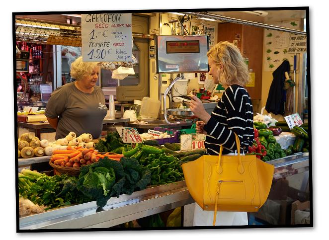 """Una vuelta por el Mercado Central donde se pueden comprar todos los utensilios e ingredientes """"gourmet"""" para cocinar una deliciosa paella valenciana"""