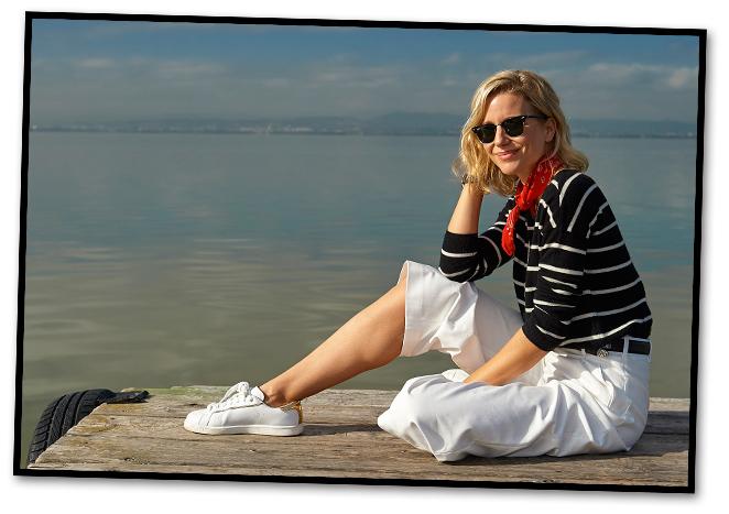 Look sport con pantalones de Uterqüe, jersey y chaqueta de Des Petits Hauts, zapatillas de Essentiel para Itsomi Sotogrande, pañuelo rojo de Zara, cinturón de The Kooples, gafas Ray Ban y bolso de Celine