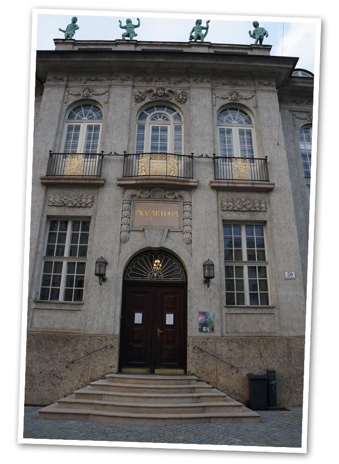 Salzburgo es una ciudad pequeña pero de gran categoría y se extiende a ambas orilla del Río Salzach (afluente del Danubio). Es la ciudad de la música, Mozart nació aquí y también el famoso director Herbert von Karajan.