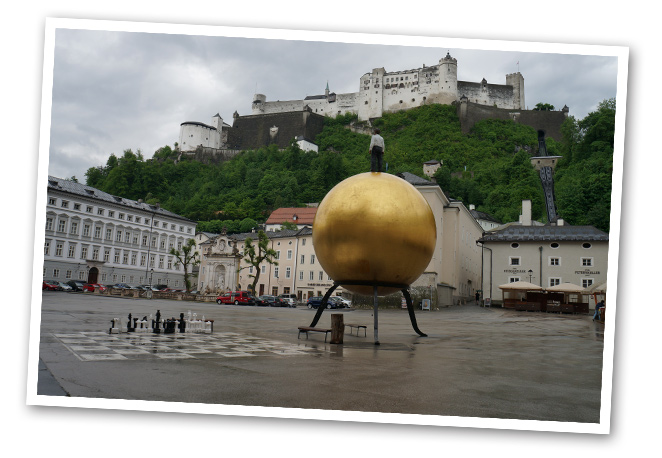 En Kapitel Platz se puede ver la obra del artista alemán Stepahn Balkenhol, un hombre sobre bola Dorada llamada Sphaera