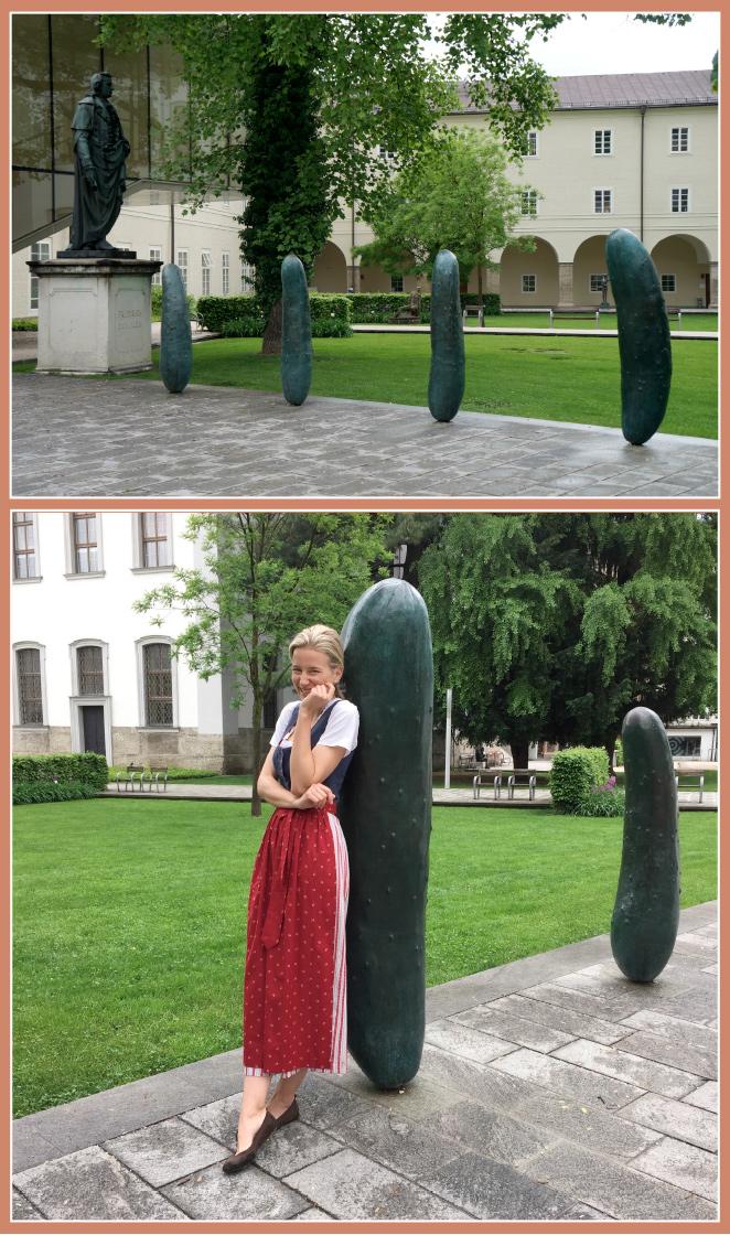 Maz-Reinhardt Platz donde hay otra instalación contemporánea del artista austríaco Erwin Wurn creada con una simulación de pepinillos gigantes