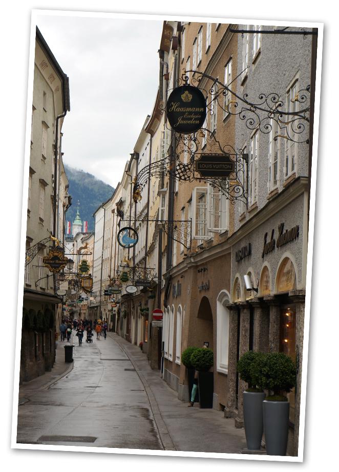Calle Getreidegasse es la más comercial de la ciudad y destaca por sus carteles restaurados con los nombres de las tiendas que actualmente se ubican en ella