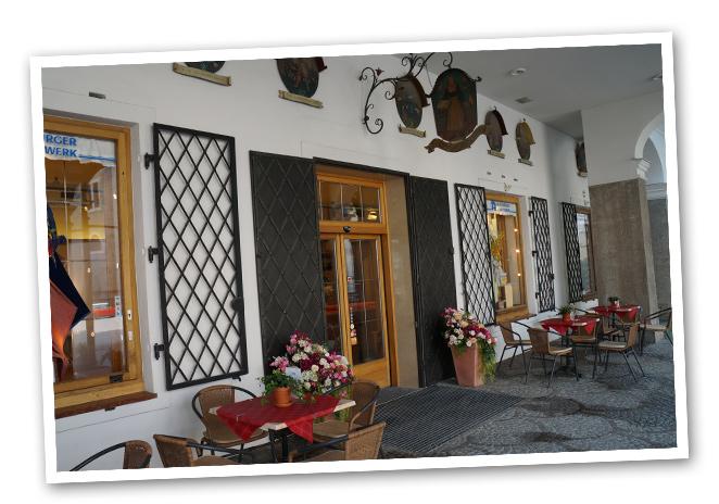 Famosa tienda Salzburgo Heimatwerk es punto habitual de los salzburgueses para comprar las telas con las que confeccionarse su traje típico