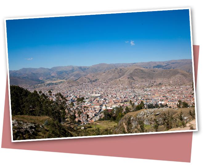 Cuzco es una ciudad declarada Patrimonio de la Humanidad por la Unesco en 1983 debido a la gran cantidad de monumentos que posee. Antiguamente fue la capital del Imperio Inca (se la consideraba el ombligo del mundo!!) y geográficamente hablando tiene forma de Puma que se cree que se debe a la planificación urbanística del rey inca Pachacutec
