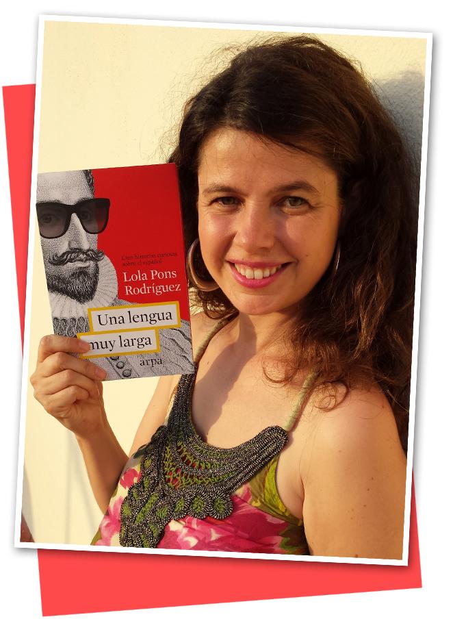 """Lola Pons con su libro """"La lengua y la moda cambian... ¡que es una barbaridad!"""""""