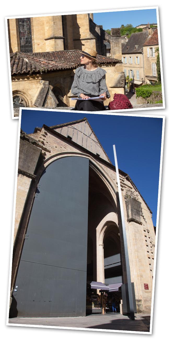 En Dordoña no podéis dejar de visitar Sarlat, un pueblo medieval de película, integrado en una roca. Construido por monjes en el siglo IX. Para los franceses es uno de sus pueblos favoritos que cuenta con 77 monumentos protegidos, un mercado cubierto (que fue la iglesia de Santa María del siglo XIV) o la Plaza del Mercado de las Ocas.
