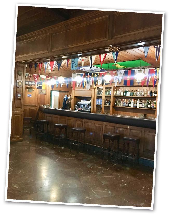 Justo al lado se encuentra también el exclusivo Monte Real Club de Yates que fue el primer club de mar donde se organizó el desafío de Copa América y donde disfrutamos de otra agradable cena