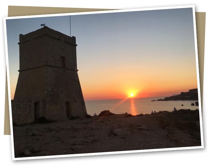 Disfrutar de la puesta de sol en la playa Golden Sands en Golden Bay. Otros lugares recomendables para disfrutar de la puesta de sol son Paradise Bay, Anchor Bay en Popeye Village y una de las playas mas bonitas de Malta que es Ghajn Tuffieha.