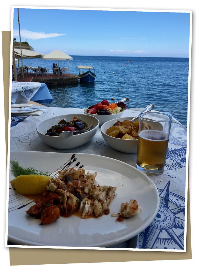 """El agradable Puerto Marsalforn para almorzar y donde os recomiendo el Restaurante Il-Kartell para disfrutar de un rico pescado. Otro restaurante muy bueno en Gozo para tomar pescado de calidad es """"Mgarr ix-xini Bay"""" donde estuvieron Angelina Jolie y Brad Pitt cuando rodaron """"By the Sea""""."""