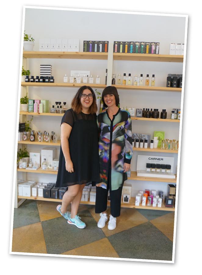 """Perfumería """"Hunky Dory"""". Es un laboratorio olfativo donde se pueden encontrar perfumes, cremas, maquillajes muy especiales y exclusivos creados con productos naturales y orgánicos y también perfumes de autor. Sus encantadoras dueñas, Eva Charton y Maddalen Marzol, nos mostraron todo con gran cariño"""