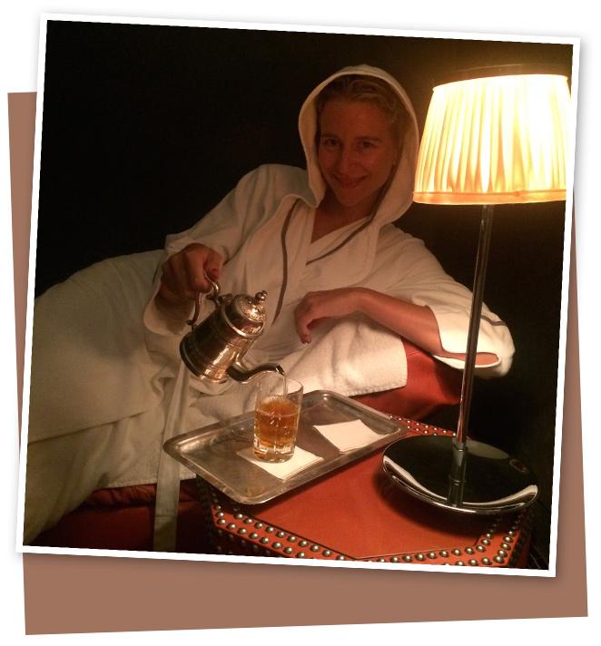Para vivir una experiencia sensorial y de bienestar en toda regla, os recomiendo el Hammam de La Mamounia. Comienzas el tratamiento en un baño de vapor para abrir los poros y después llega el ritual de exfoliación y barro. Unos minutos para que actúe, una ducha… ¡y la piel queda como el terciopelo! Y para terminar, nada como un masaje a base de aceites esenciales muy relajantes y… ¡adiós estrés!