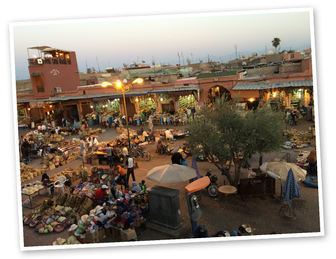 En la Medina os recomiendo para almorzar el Cafe Arabedonde se puede disfrutar de un menú típico marroquí, aderezado con ciertos toques occidentales, al igual que en Nomad, que es otro restaurante muy recomendable desde el que se puede disfrutar de preciosas vistas de la ciudad.