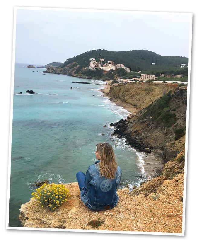 Las tradicionales fiestas del primer domingo de Mayo de Santa Eulalia fueron las que me llevaron hasta Ibiza en esta ocasión. No hay nada que me guste más que adentrarme en la parte más histórica, auténtica y tradicional de los destinos a los que viajo. Y con Ibiza con más razón, una isla etiquetada, sobre todo, por su famosa vida nocturna y que tantos otros secretos esconde de lugares y experiencias ideales para los que busquen paz, tranquilidad y vida sana. Eso sí, lo más recomendable para descubrir esta maravillosa Ibiza de la que voy a hablaros es no ir en temporada alta donde los atascos y la masa la convierten en un auténtico infierno