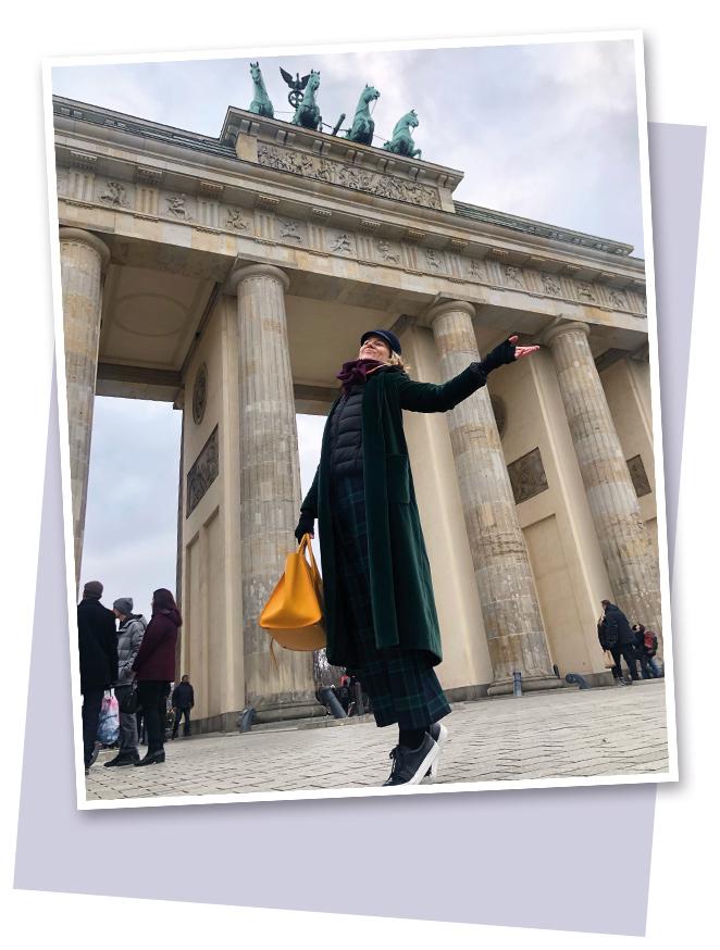 Me hacía mucha ilusión volver a Berlín, una ciudad de aspecto muy señorial que en los últimos años, a pesar de su turbulenta historia y de la destrucción que ha sufrido por los diferentes episodios por los que ha pasado, ha experimentado un paulatino proceso de renacimiento y hoy ya se la puede considerar como una de las capitales culturales más importantes del mundo que hacen de ella el destino ideal para los amantes del arte. Cuenta con unos 200 centros culturales (museos, galerías de arte…), algunos considerados como unos de los mejores del mundo, y por ello esta ciudad se ha convertido en el objetivo de muchos artistas que se establecen allí con el fin de crear y mostrar su obra como paso importante para ser considerada en el mercado internacional.