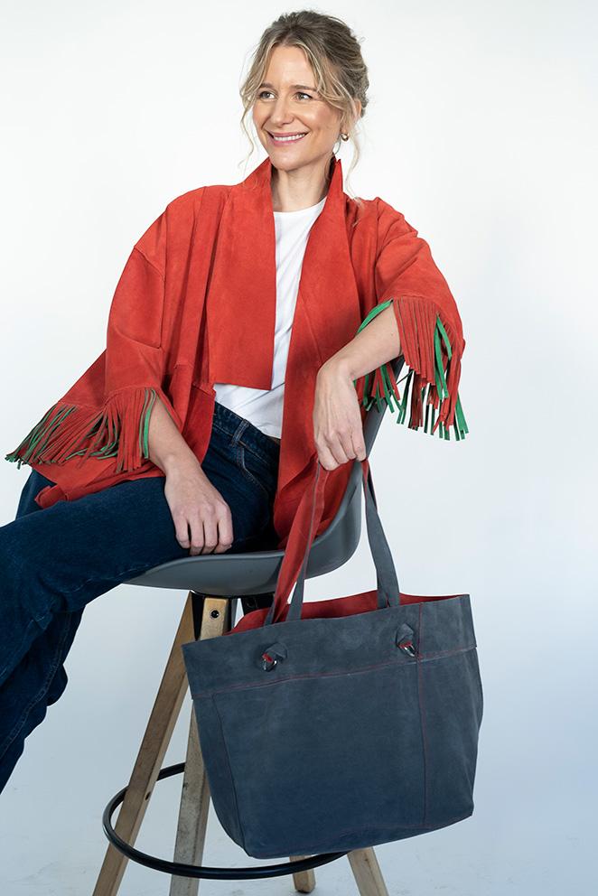 Llega la colección María de Leon Cápsula - Modelo gris y rojo